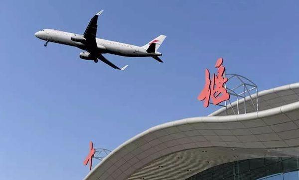 十堰广电快讯(记者 高翔)7月10日起,武当山机场新加开三趟航班,十堰往武汉、十堰往上海虹桥及十堰往首都机场航班。 本次增加的十堰至武汉航班号为CZ6604,机型为波音737-800,由南方航空公司执飞,每天一班。十堰出港时间为:每周一、四、五、六、七为13点30分,周二为晚上8点30分,周三为11点50分。据了解,此次加密十堰至武汉的航班是进一步密切武汉、十堰两地联系,促进两地经济、旅游事业发展,同时进一步方便东风公司广大员工出行。 新开通的十堰至上海虹桥航班号为9C8724,机型为空客A320,由春