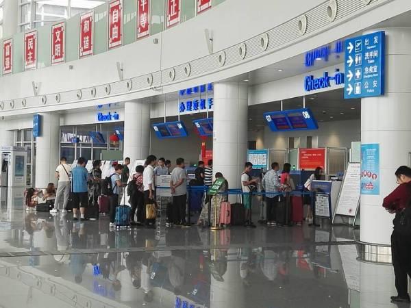 十堰广电快讯(记者 李辰)9月13日上午,由北京南苑飞往武当山机场的KN5829次进港航由于流量控制出现延误,原定于10:00到达的航班将会在10:35分左右到达武当山机场。同时影响到武当山机场飞往广州的KN5829次出港航班,也因流量控制出现延误。 请接亲友的朋友以及去往广州的旅客注意耐心等候。如有需要可以致电武当山机场服务热线:07198876888,07198876999,进行问询。
