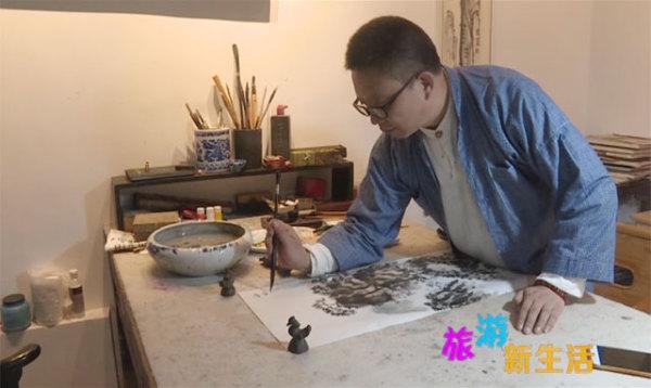 陈海潮的武当山水画技法独特之处在于用笔和用色,经过多年的尝试摸索,他称之为一笔墨,也就是每下笔一次,从浓墨到淡墨,最后到枯涩,整个过程一气呵成。当然,这取决于多年来对绘画和道家思想的研究领悟,可以说是冰冻三尺非一日之寒。 武当画家 陈海潮:我们说山之阳,水之阴,山水,包括字,我们说道法自然,中国人对自然的理解就是山水,符合了道家的思想,就是一个变字,有阴有阳,有山有水,一个画面上只有山,太闲太硬太刚,有水,山水交融才感觉到画的灵性。 在陈海潮的生活圈子中,可以说是很单纯,基本上都是儒释道范畴。随着武当旅