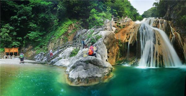 虎啸滩自然风景区雄居青龙山,乌龙寺,天井山群峰环峙之间,集山,水,洞