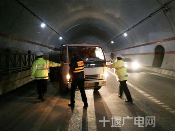 三大队民协警在巡逻途中发现隧道内这危险的一幕后,带队民警李斌立即组织警力在隧道进口处进行交通指挥,引导过往车辆提前减速慢行,同时将故障车辆推向路边安全地带,并积极联系施救,大约20分钟后,道路恢畅通。 三大队民警提醒,如果车辆在隧道内出现故障,无法移动时,切记要立即打开双闪灯,并在来车方向设置三角警示牌,必要时迅速报警求助。