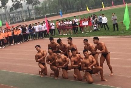 大学运动会男生脱衣秀肌肉引尖叫