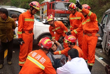 雨天路滑两车相撞一人被困 十堰消防急救援