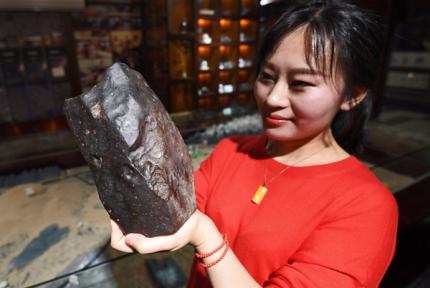 女孩5年数百次穿越戈壁 捡回600多颗陨石