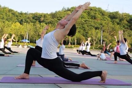 百人集体瑜伽 迎国际瑜伽日