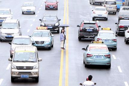 曝光!有一种危险叫随意横穿马路!