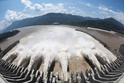 今年最大洪峰来了!三峡开七孔泄洪应对