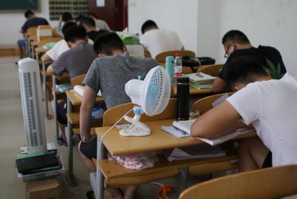 35℃高温下备战考研 各种防暑神器抢眼