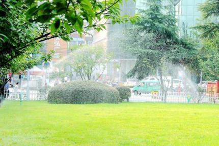 十堰持续高温 广场启动喷雾装置为市民降温