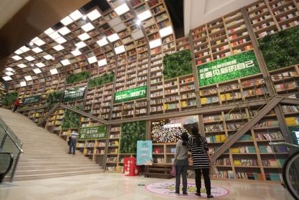 重庆一商场现10米高书墙 展上万本图书