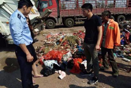 8万现金被扔掉 警察翻10吨垃圾找回