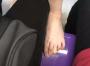 恶心!上海地铁一女子抢不到座,竟脱鞋踩在别人座位上