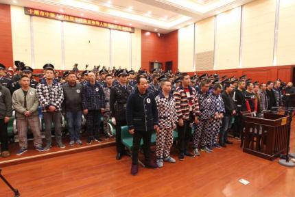 十堰中院公开审理31名被告人涉黑犯罪案