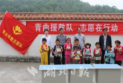 8000余块汉江奇石捐给乡村中学