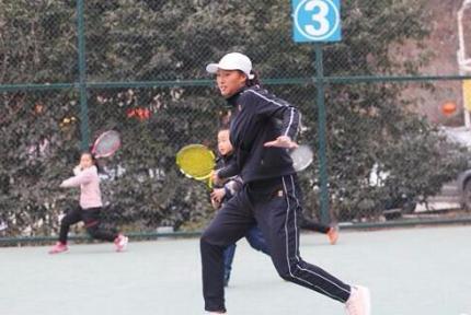 十堰17岁网球小将郑钦文回家乡接受记者专访