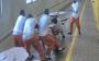 4囚犯玩牌突遭杀人犯挥刀狂刺 受害者:狱警策划的
