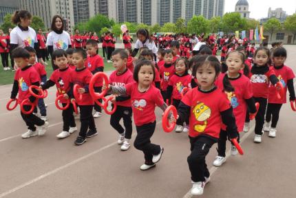 发生了什么?红黄蓝幼儿园聚集上千人在这里