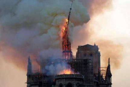 巴黎圣母院发生大火,塔尖倒塌 建筑损毁严重
