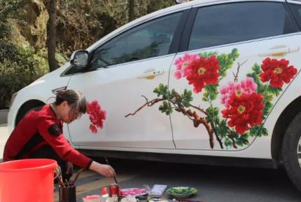 車身作畫妙筆生花 十堰這個62歲女農民火了!