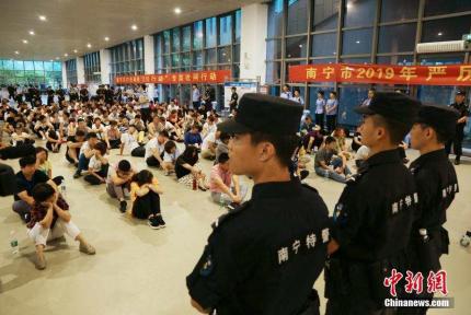 南宁警方凌晨出动2000人 抓了543人