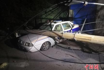 夜幕下的义马爆炸点:街头玻璃满地、电杆倒塌
