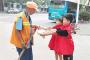 创文在行动:小志愿者们为城市环卫工送上爱心早餐