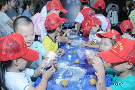 亚博在线登录官方唯一网址萌娃体验手工月饼制作