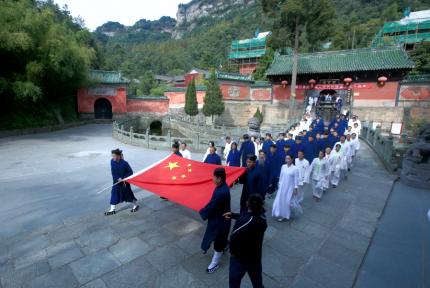 24日上午,五星红旗在武当紫霄宫前冉冉升起