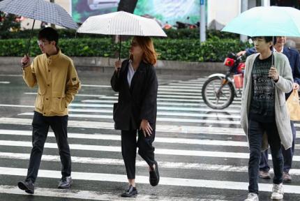 十堰迎降溫降雨天氣 市民毛衣外套穿上身