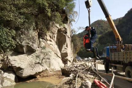 老人身陷绝壁,十堰民警用吊车将其救下