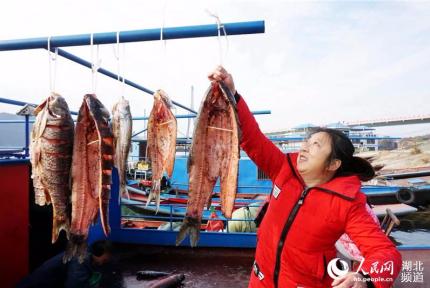 鄖陽:漢江漁民曬年味