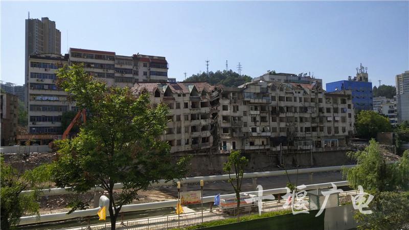"""为百二河生态修复工程""""让路"""" 朝阳路这3栋旧楼正拆除"""