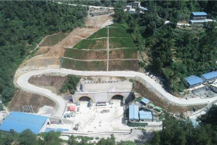 今天,十堰武當路復線工程貫通首個隧道