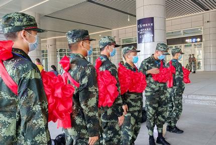 出征!雷火今年首批260名新兵启程奔赴军营
