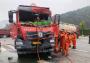 十堰一大货车与水泥罐车相撞,被困司机已被成功解救