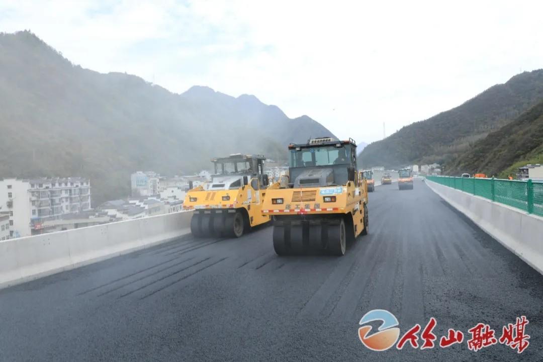 《【杏耀app登录】最新进展!十巫高速正在铺设沥青路面》