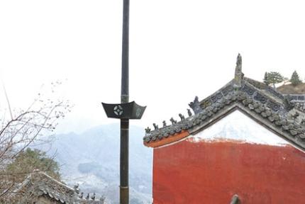 武当山罕见铭文铜旗杆 屹立170余年光亮如新