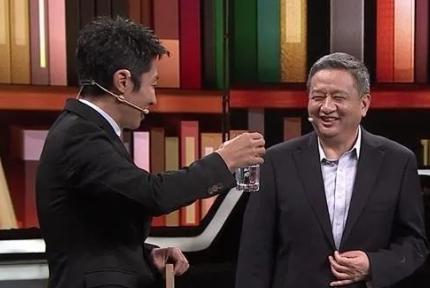 """丹江口库区的水有多好喝?撒贝宁现场""""干杯"""""""