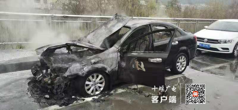 《【杏耀平台app登录】十堰街头一轿车燃起大火,消防调查后提到了两个字》