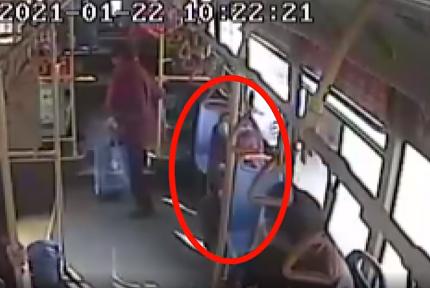 乘客突发疾病,十堰一公交车内拍下暖心一幕