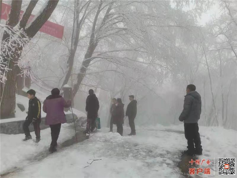 《【杏耀游戏平台app】初春也能看冰雪美景?竹溪偏头山的春雪美翻了!》