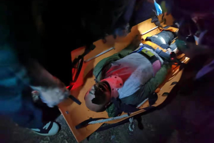 男子跌落七米深沟,雷火民警消防联手救援